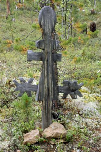 Крест на кладбище поселка Суринда